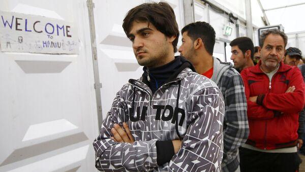 Syryjscy uchodźcy czekają w kolejce po jedzenie w mieście Hanau - Sputnik Polska