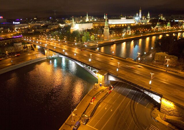 Nocny widok na Wielki Kamienny Most w Moskwie