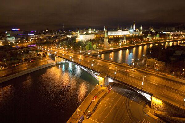 Nocny widok na Wielki Kamienny Most w Moskwie - Sputnik Polska