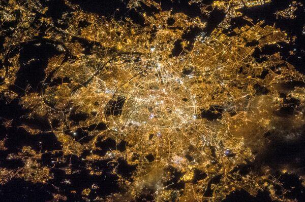 Nocny widok na Paryż z kosmosu - Sputnik Polska