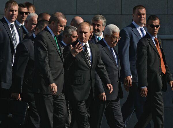 Prezydent Rosji Władimir Putin z liderami Turcji i Palestyny Recepem Tayyipem Erdoğanem i Mahmudem Abbasem podczas roczystej ceremonii otwarcia Moskiewskiego Meczetu Katedralnego - Sputnik Polska