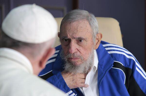 Papież Franciszek rozmawia z byłym  premierem Republiki Kuby Fidelem Castro - Sputnik Polska