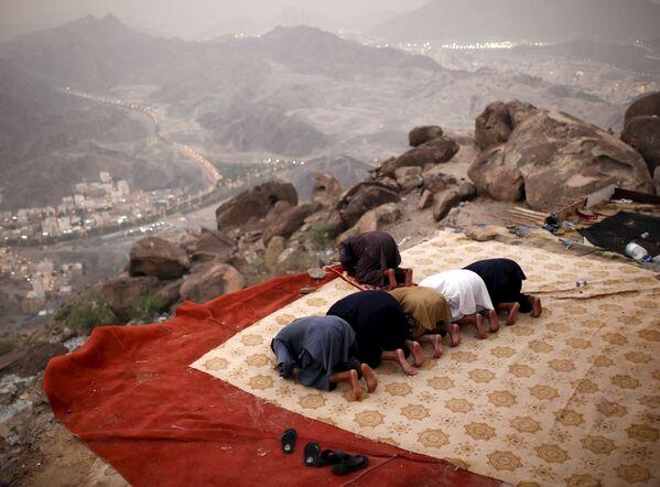 Muzułmańscy pielgrzymi modlą się na szczycie góry Tor w drodze do Mekki - Sputnik Polska