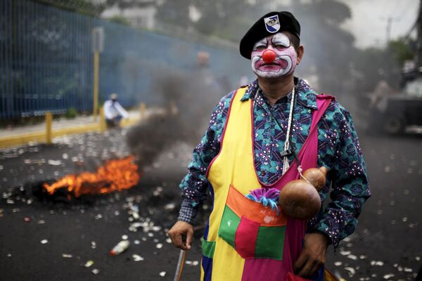 Mężczyzna podczas akcji protestacyjnej w San Salvadorze - Sputnik Polska