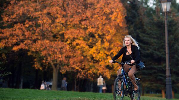Dziewczyna na rowerze w parku Muzeon w Moskwie - Sputnik Polska