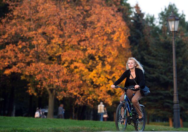 Dziewczyna na rowerze w muzeum Kołomienskoje w Moskwie