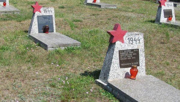 Zniszczony cmentarz radzieckich żołnierzy - Sputnik Polska