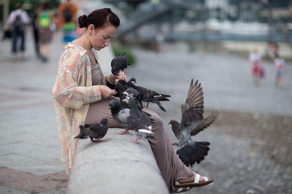 Dziewczyna karmi gołębie w Jałcie