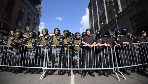 Około 3,5 tys. osób uczestniczy w niesankcjonowanej  akcji w centrum Moskwy  - Sputnik Polska