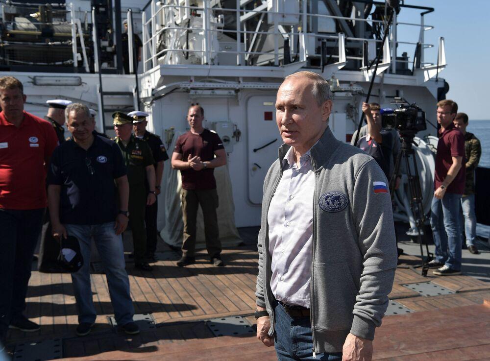 Władimir Putin rozmawia z członkami ekspedycji podczas wizyty na wyspie Gogland