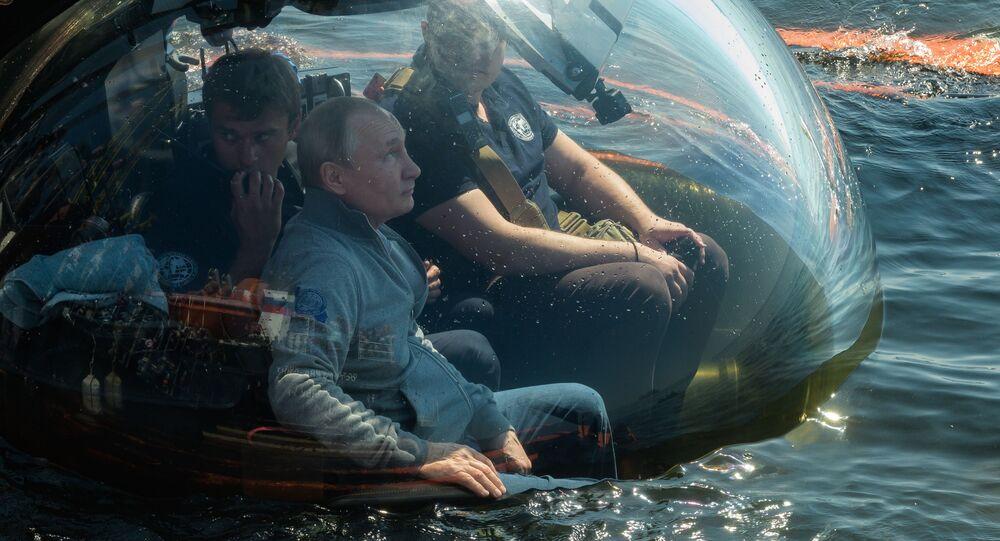 Władimir Putin przed zanurzeniem, w celu zbadania okrętu podwodnego, który zatonął podczas Wielkiej Wojny Ojczyźnianej, na dnie Zatoki Fińskiej