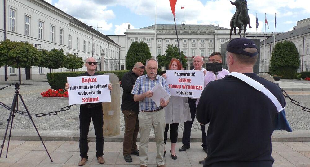 Poseł na Sejm Janusz Sanocki. Protest pod Pałacem Prezydenckim w Warszawie