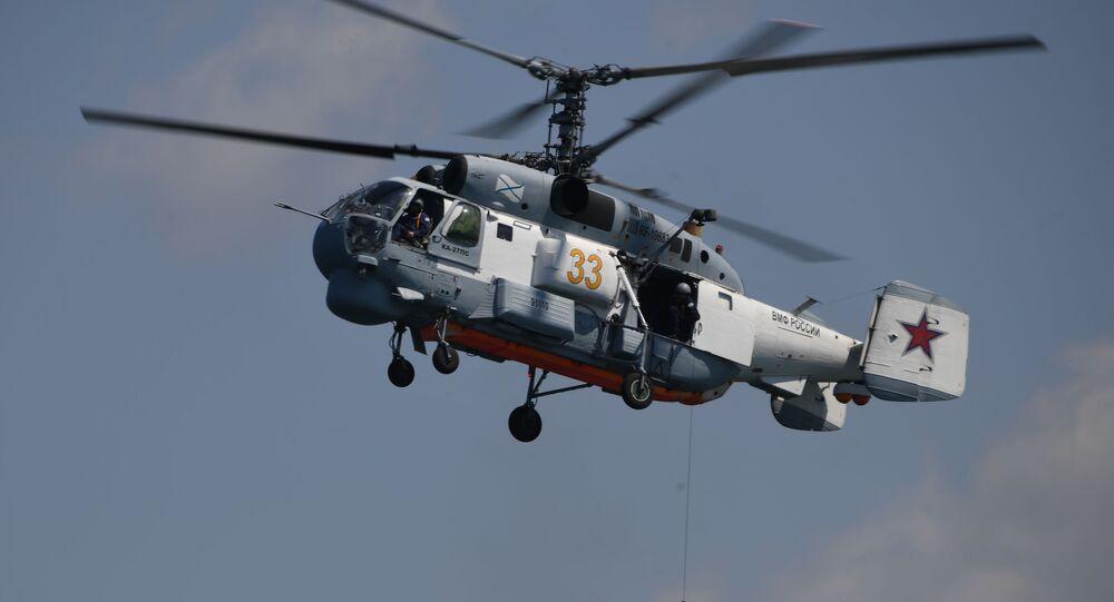 Pokazowy desant z helikoptera okrętowego Ka-27PS podczas obchodów Dnia Marynarki Wojennej w Sewastopolu
