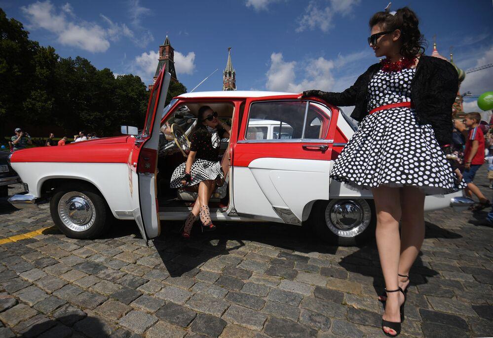 Samochód Wołga przed startem na corocznym wyścigu pojazdów zabytkowych GUM-rajd w Moskwie