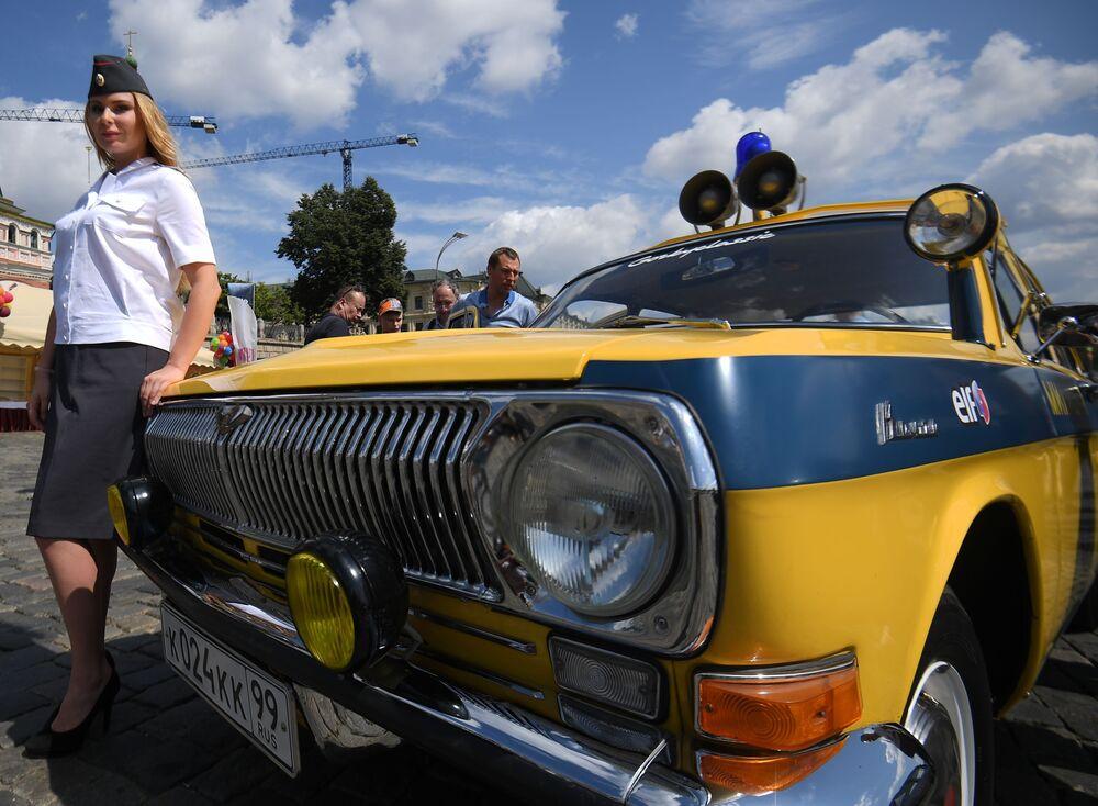 Uczestnik corocznego wyścigu pojazdów zabytkowych GUM-rajd w Moskwie