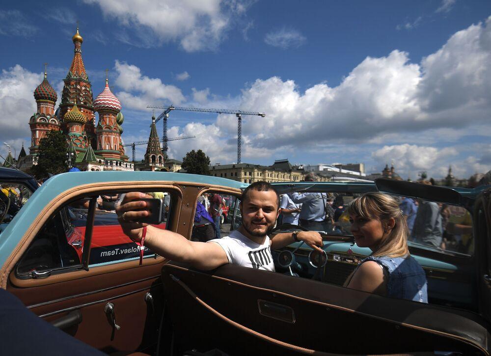Coroczne wyścigi pojazdów zabytkowych GUM-rajd w Moskwie