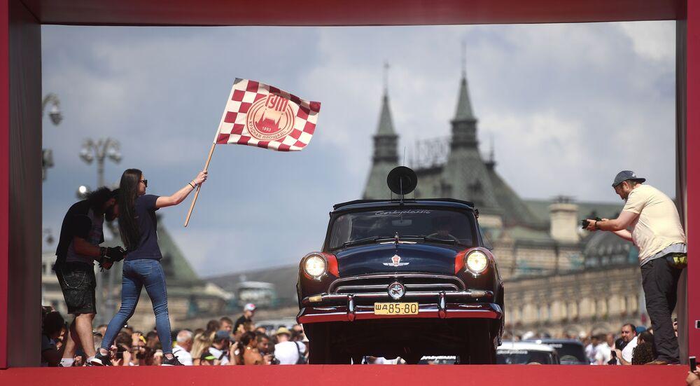 Samochód Wołga na corocznym wyścigu pojazdów zabytkowych GUM-rajd w Moskwie