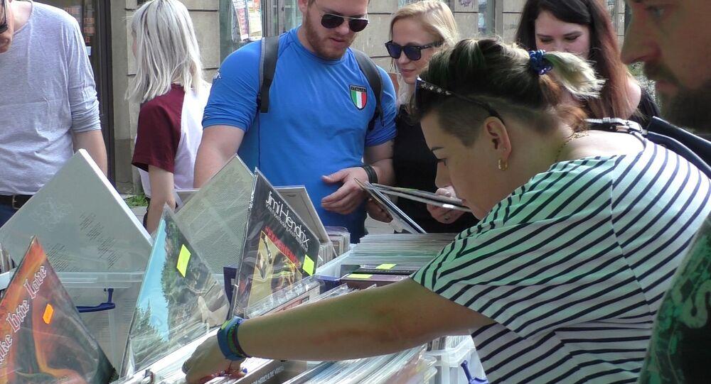 Kiermasz antykwariuszy i płyt winylowych przy ulicy Ząbkowskiej w Warszawie