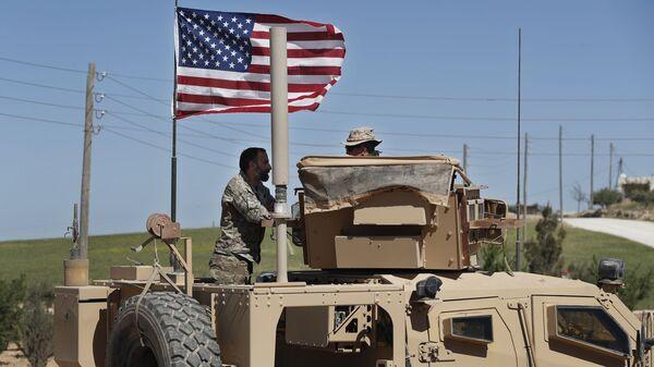 Amerykański wojskowy rozmawia z żołnierzem ze wspieranej przez USA syryjskiej opozycji w północnej Syrii - Sputnik Polska