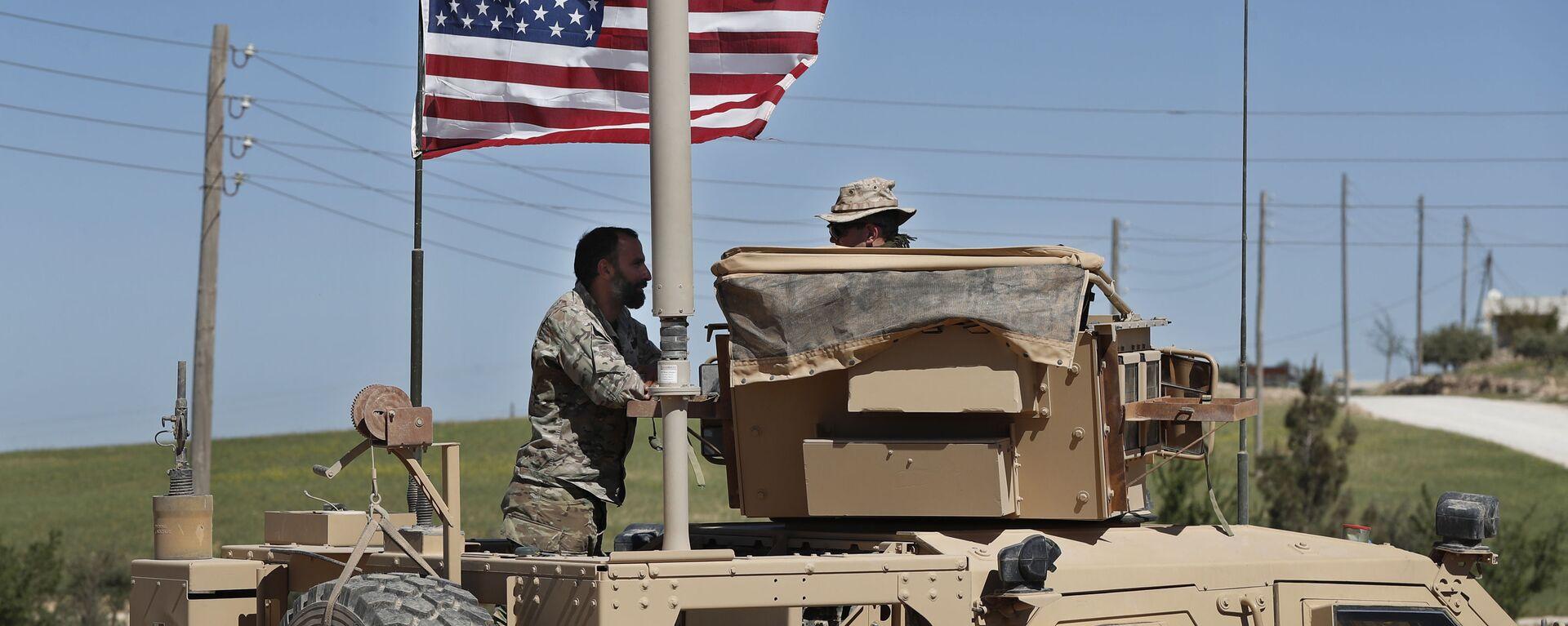 Amerykański wojskowy rozmawia z żołnierzem ze wspieranej przez USA syryjskiej opozycji w północnej Syrii - Sputnik Polska, 1920, 04.07.2021