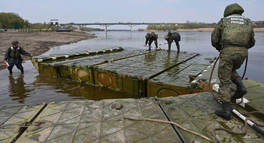 Wojskowi inżynierowie z południowo-wschodniego okręgu ustanawiają most pontonowy na rzece Doniec w obwodzie rostowskim.