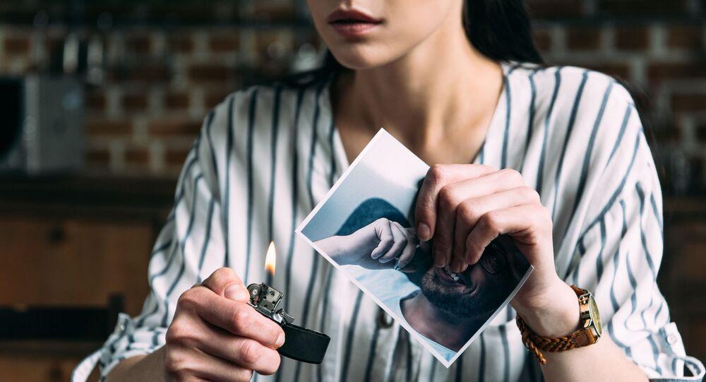 Dziewczyna pali zdjęcie byłego