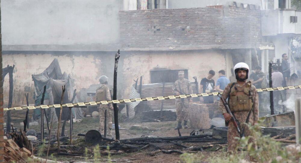 Pakistańscy żołnierze na miejscu katastrofy samolotu wojskowego w mieście Rawalpindi