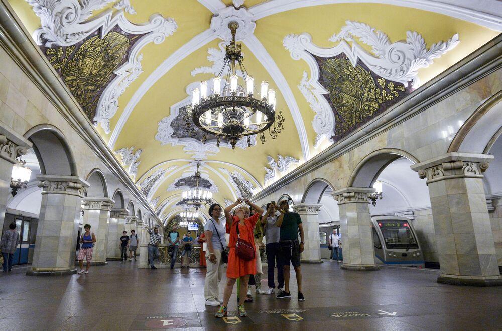 Turyści na stacji metra Komsomolskaja w Moskwie