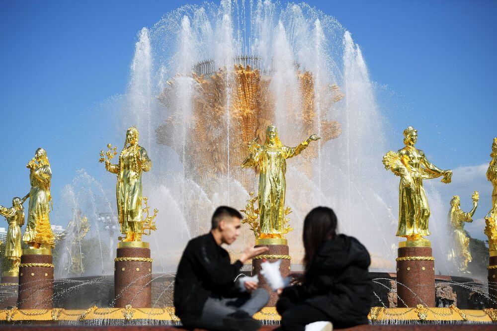 Turyści przy fontannie w Ogólnorosyjskim Centrum Wystawowym WDNCh w Moskwie