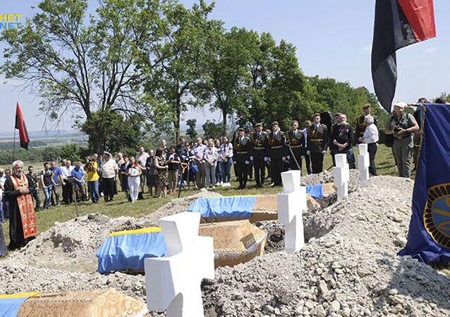 """Ceremonia pochówku 29 żołnierzy dywizji SS """"Galicja"""" w ukraińskim mieście Zołoczów w obwodzie lwowskim"""