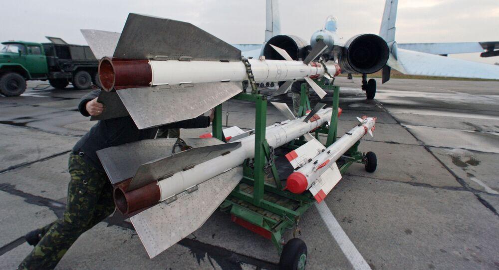 Wyposażenie myśliwca Su-27 w pociski na lotnisku Czkałowsk