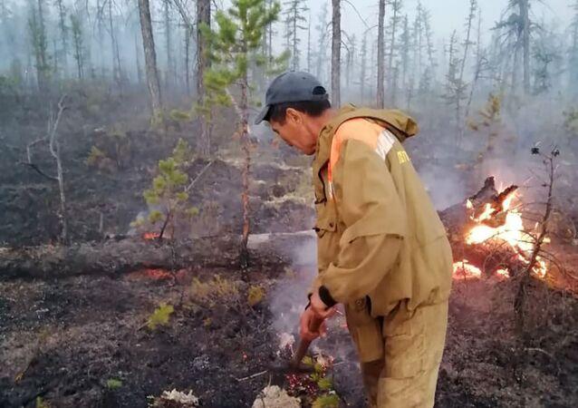 Pracownicy Ministerstwa Ochrony Przyrody Jakucji walczą z pożarami w Jakucji