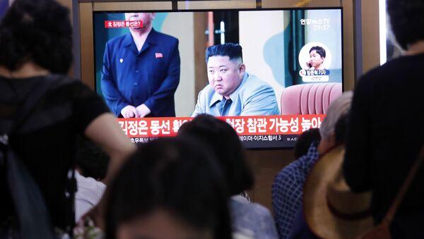 Kim Dzong Un w programie informacyjnym na stacji kolejowej w Seulu w Korei Południowej - Sputnik Polska