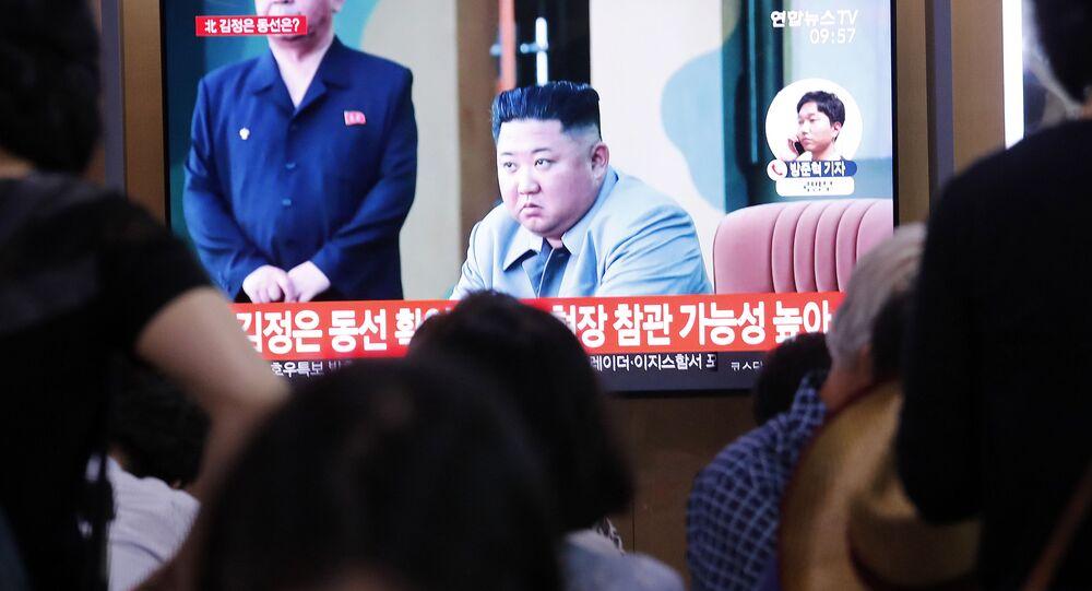 Kim Dzong Un w programie informacyjnym na stacji kolejowej w Seulu w Korei Południowej