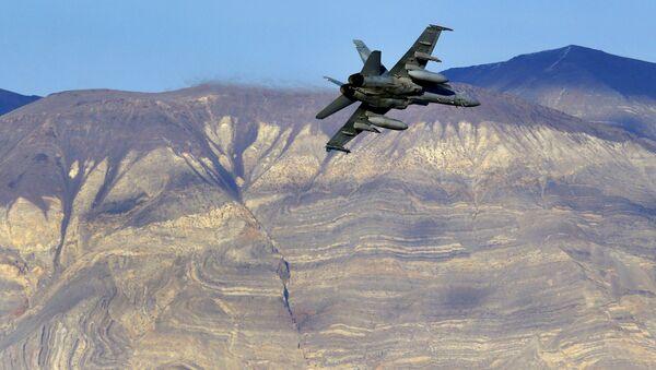 Amerykański myśliwiec F/A-18D w Dolinie Śmierci w Kalifornii - Sputnik Polska