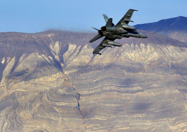 Amerykański myśliwiec F/A-18D w Dolinie Śmierci w Kalifornii