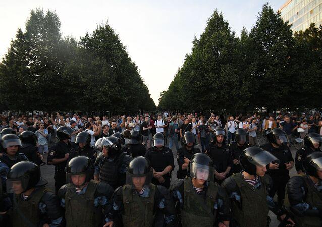 Policja wezwała uczestników nielegalnego wiecu w centrum Moskwy do rozejścia się