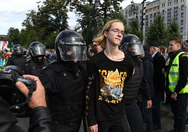 Moskiewska policja podczas niesankcjonowanych protestów