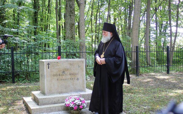 Biskup czerniachowski Mikołaj przed grobem, w którym pochowano 273 nieznanych rosyjskich żołnierzy - Sputnik Polska