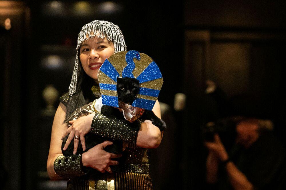Kotka Meril ze swoją właścicielką podczas pokazu mody Algonquin Hotel's Annual Cat Fashion Show w Nowym Jorku