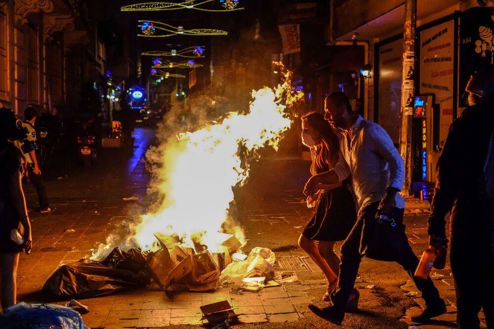 Przechodnie na ulicy w Stambule