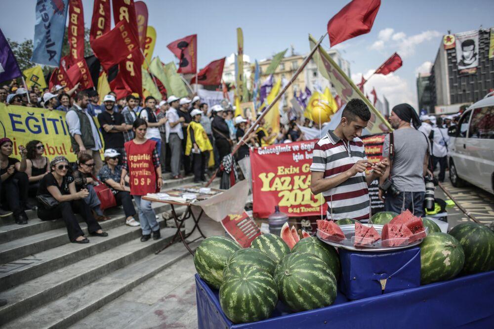 Uczestnicy protestu w Stambule