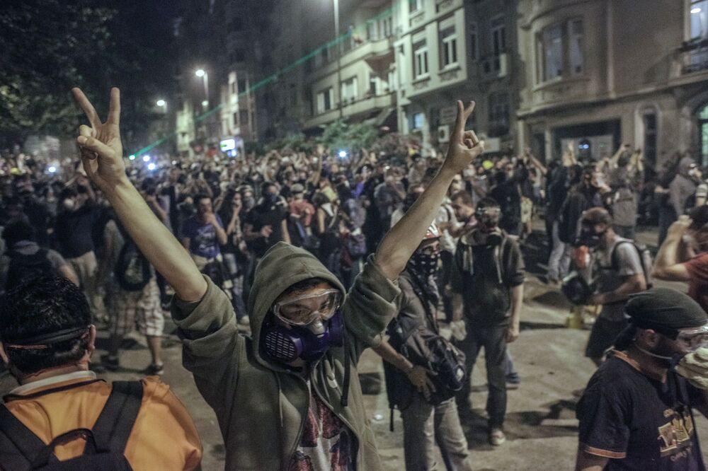 Protestujący budują barykady podczas starć z policją w Stambule