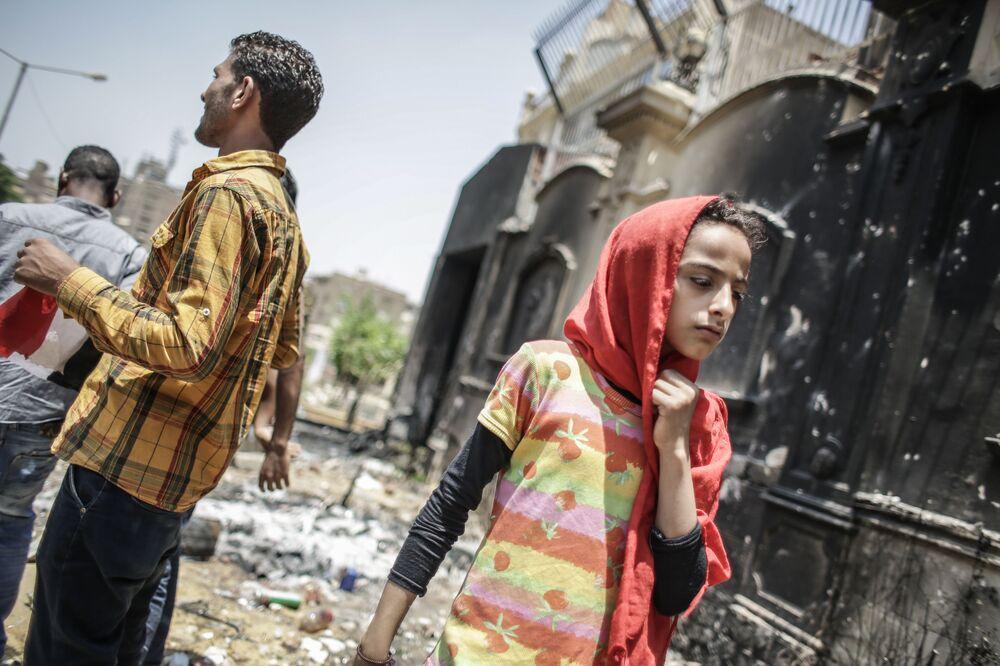 Protestujący w zniszczonej siedzibie ruchu politycznego Bractwa Muzułmańskiego w Kairze