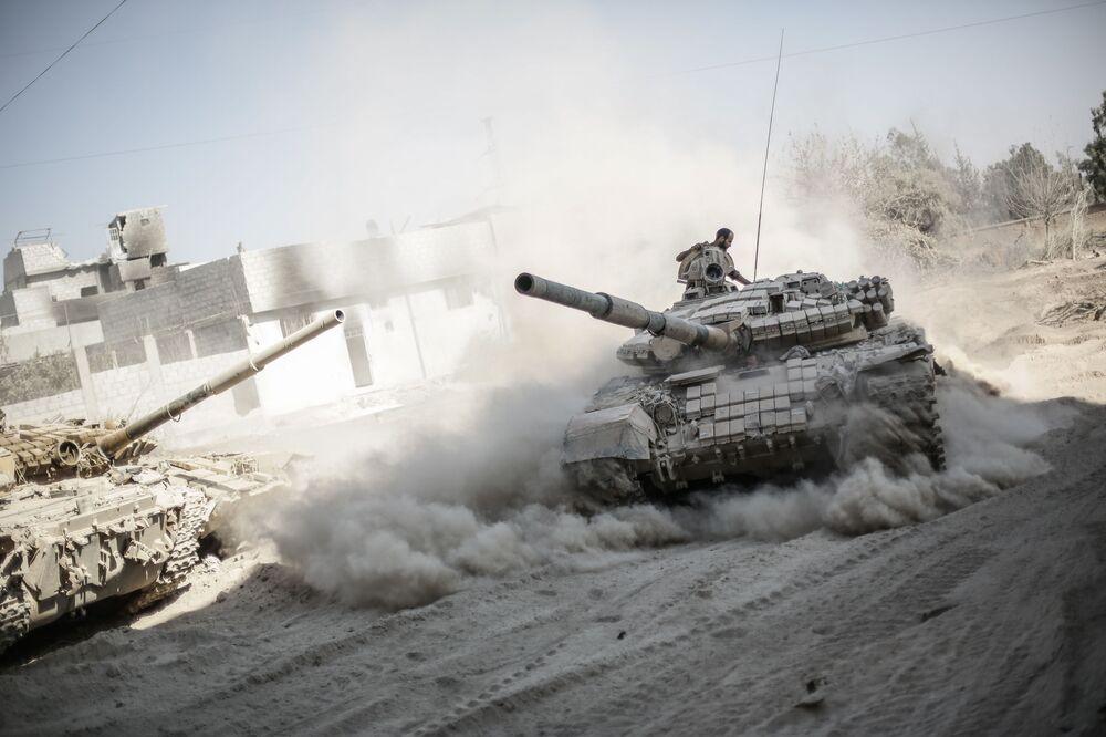 Żołnierze armii syryjskiej na przedmieściach Damaszku, gdzie toczą się bitwy z rebeliantami