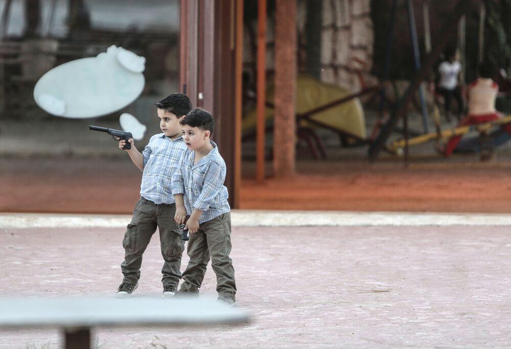 Chłopcy z pistoletami grają w wojnę, Latakia