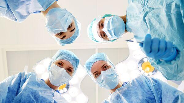 Lekarze podczas operacji - Sputnik Polska