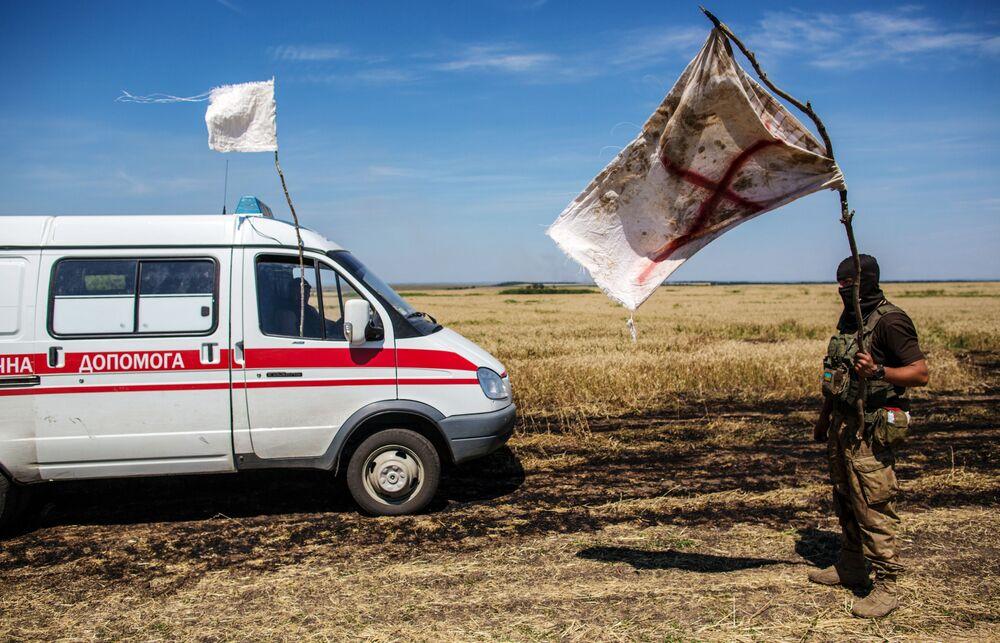Ukraiński wojskowy z białą flagą na neutralnym terytorium pod Donieckiem