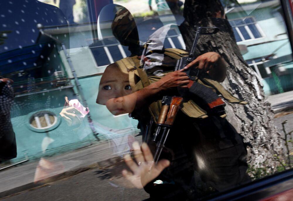 Dziecko za szybą samochodu