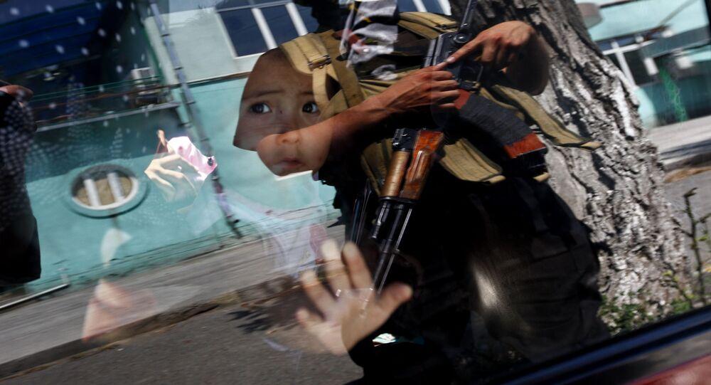 Dziecko za szybą samochodu.